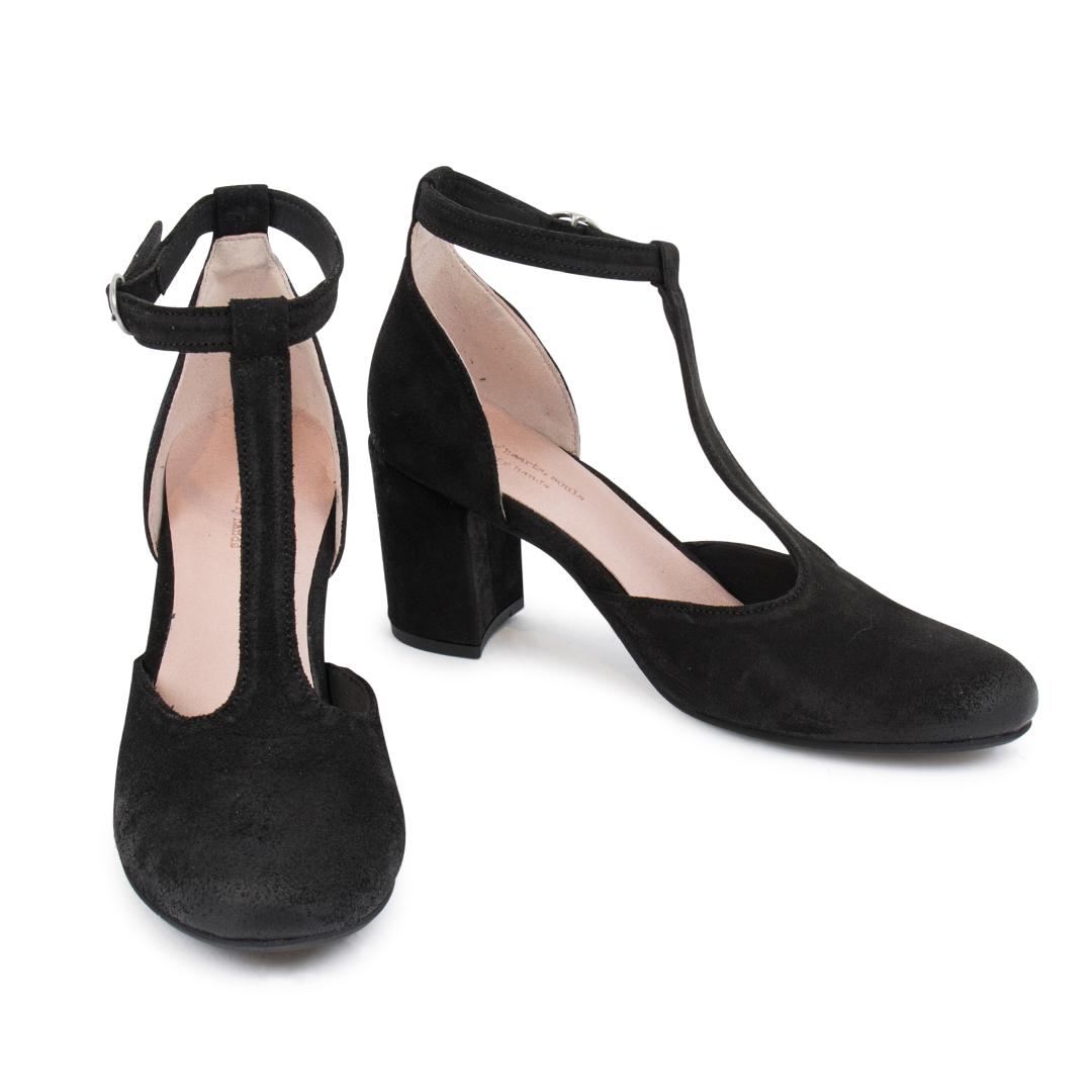 Style: Amie W Black